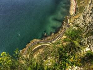 Vista de una carretera junto al mar