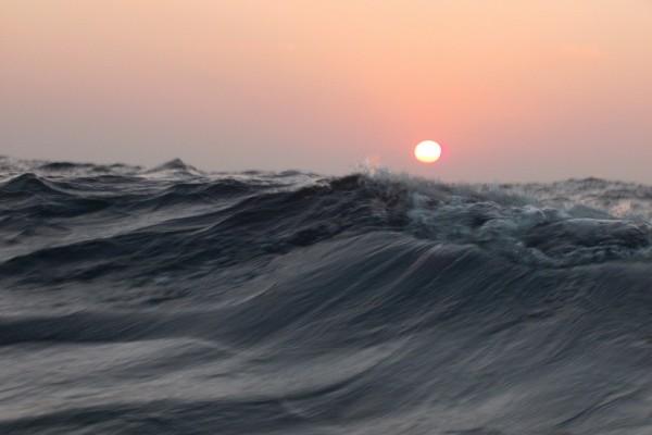 Olas en el océano al atardecer