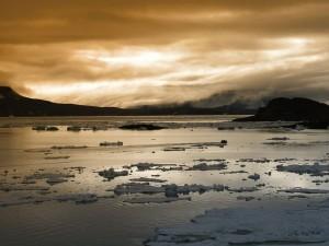 Un gran lago con hielo en la superficie