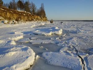 Gran superficie de agua cubierta de hielo y nieve