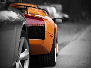 Postal: Coche tras un Lamborghini naranja