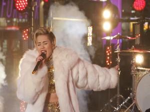 La cantante Miley Cyrus cantando en un gran concierto