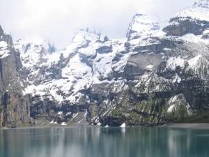 Nieve en las montañas del lago