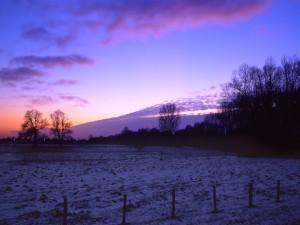 Amanecer en un frío día de invierno