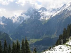 Postal: Vistas de una población entre grandes montañas