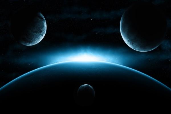 Potente luz blanca entre varios planetas