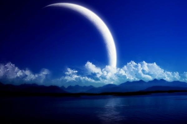 Gran luna en un bello paisaje