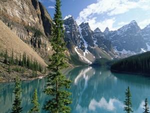 Bonito lago entre grandes montañas