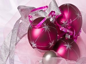 Postal: Bolas navideñas de color fucsia