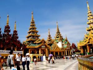 Visitantes en el templo Shwedagon