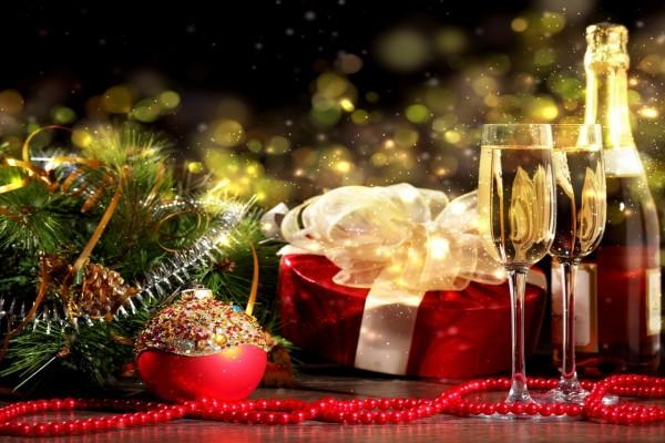 Adornos y champán para festejar la Navidad