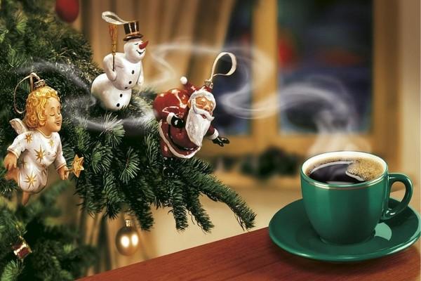 Adornos navideños oliendo el aroma de un café