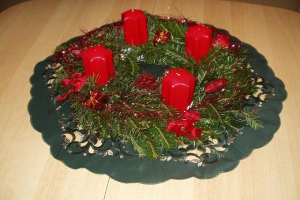 Centro navideño con velas rojas