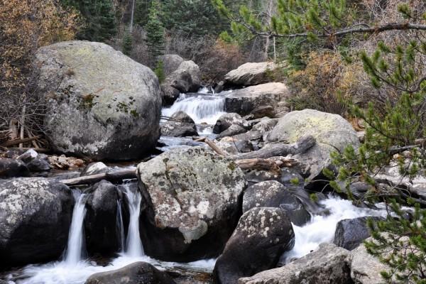 Río que fluye entre las rocas