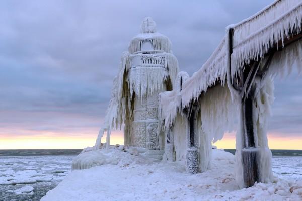 Faro y puente cubiertos de hielo