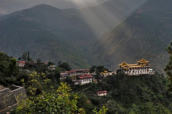 Rayos de sol sobre Timbu (Bután)