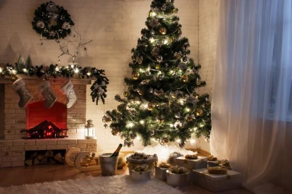 Sala de estar adornada para festejar Navidad y Año Nuevo