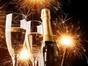 Festejando el Nuevo Año con champaña y fuegos artificiales