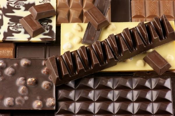 Exquisitas tabletas de chocolate de varios colores y sabores