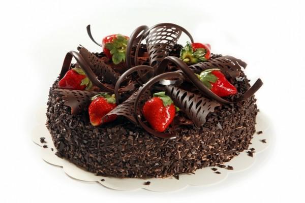 Tarta cubierta con chocolate y fresas