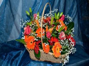 Postal: Cesta con rosas, liliums y gerberas