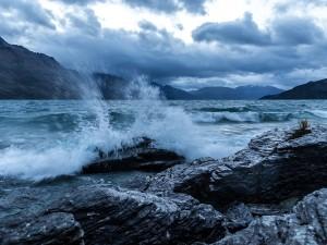 Postal: El mar chocando contra las rocas en la costa