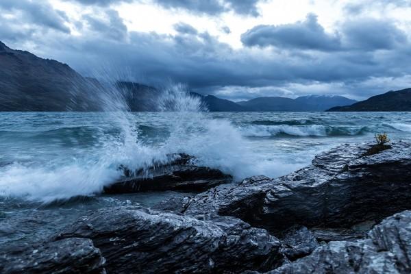 El mar chocando contra las rocas en la costa