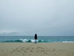 Postal: Sola en la playa
