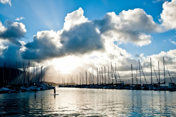 Puerto bajo las nubes