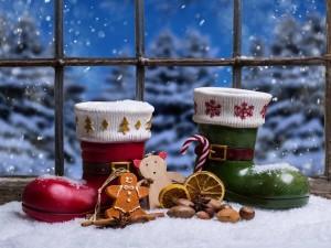 Postal: Adornos navideños junto a la ventana