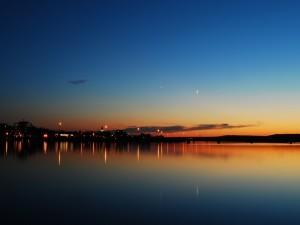 Postal: La luna en el cielo al amanecer