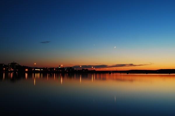 La luna en el cielo al amanecer