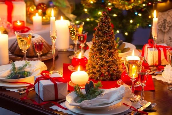 Una delicada mesa arreglada para festejar la Navidad