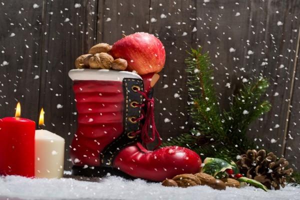 Adornos navideños bajo copos de nieve