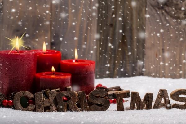 Velas rojas encendidas para Navidad