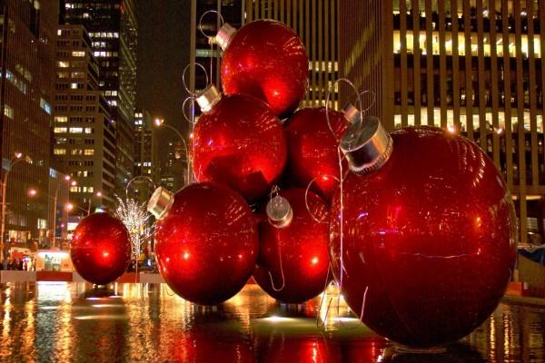 Grandes bolas rojas navideñas en una calle