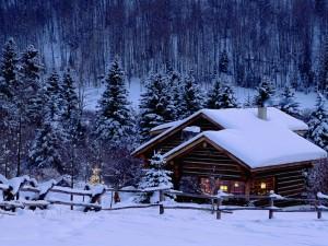 Cabaña cubierta de nieve con adornos de Navidad