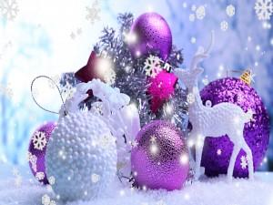 Copos de nieve cayendo sobre adornos de Navidad