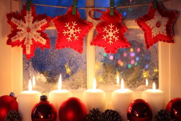 Adornos con espíritu navideño junto a una ventana
