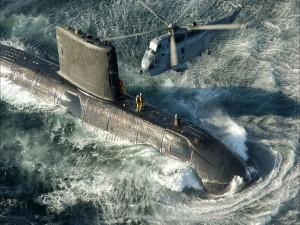 Helicóptero volando sobre un submarino
