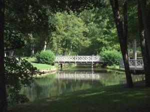 Puente en el parque del castillo de Chamerolles (Francia)