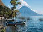 Bote en el lago de Atitlán (Guatemala)
