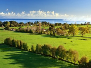 Un bello pueblo verde junto al mar