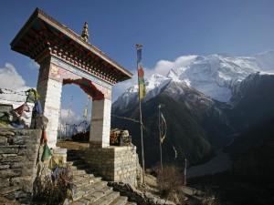 Postal: Entrada a un templo Budista en Nepal