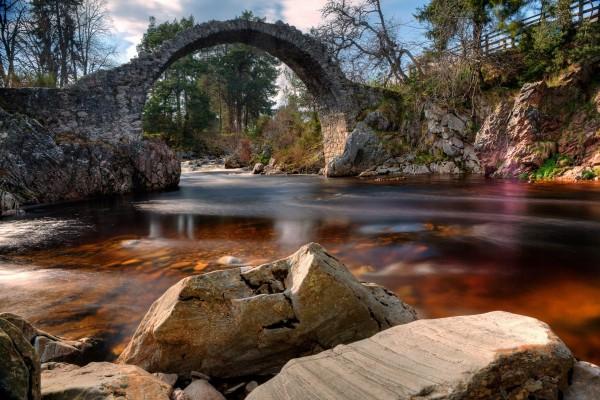 Puente de piedra sobre un río (Escocia)