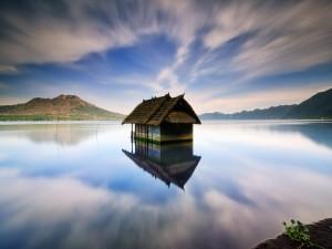 Casa en un gran lago (Bali, Indonesia)