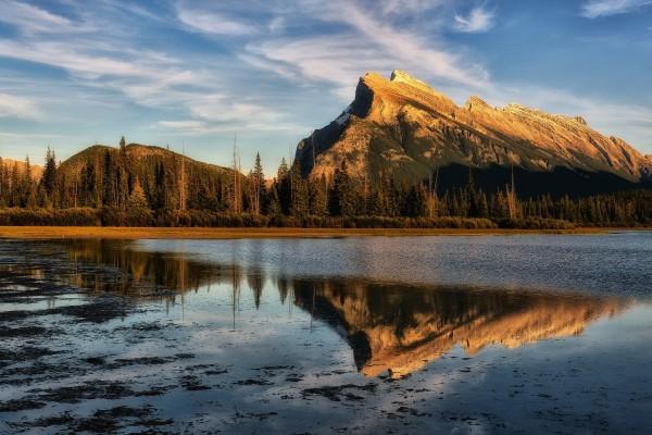 Luz del día en el lago Bermellones (Alberta, Canadá)