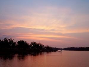 Postal: Amanecer en un gran río