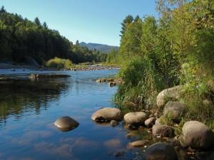 Postal: Grandes piedras en el río