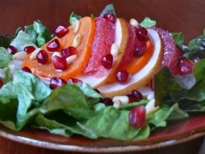 Ensalada con frutas y piñones